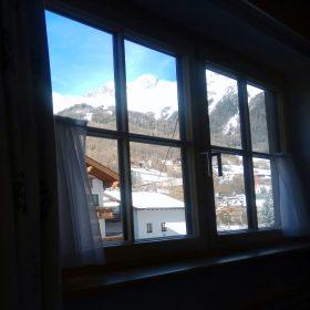 לבן מחלון החדר